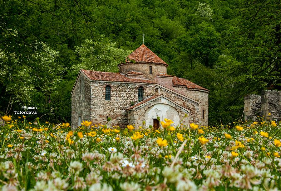 Church in the walls of Nokalakevi (By R.Tolordava)