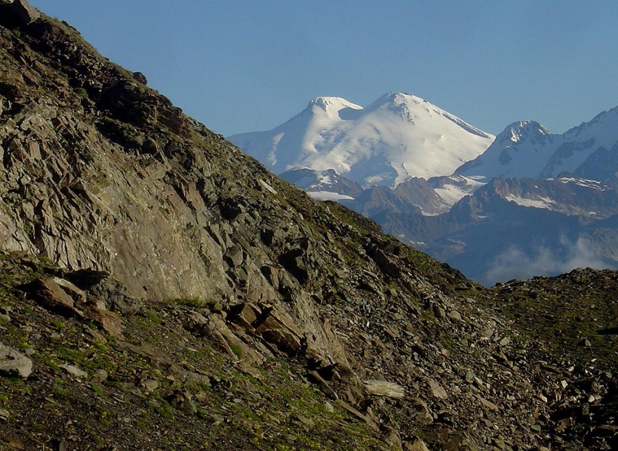 Elbrus from the pass (by 73Misha)